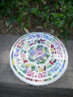 Mosaic Stepping Stone Garden Art by rosepetalcottage on Etsy Mosaic Diy, Mosaic Crafts, Mosaic Projects, Mosaic Glass, Garden Projects, Mosaic Tiles, Stained Glass, Glass Garden Art, Garden Stones