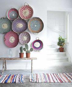 parede branca decorar com bacias coloridas de vime