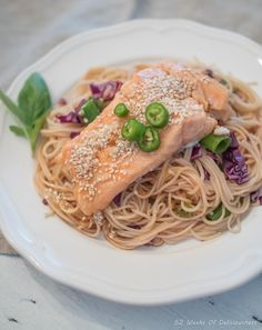 Lohi-nuudelisalaatti // Salmon & Noodle Salad Food & Style Anne Pfitzner, 52 Weeks of Deliciousness Photo Anne Pfitzner www.maku.fi