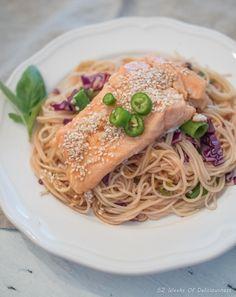 Lohi-nuudelisalaatti // Salmon & Noodle Salad Food & Style Anne Pfitzner, 52 Weeks of Deliciousness Photo Anne Pfitzner www.maku.fi