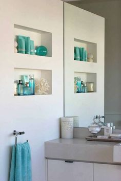 türkiz-fehér fürdőszoba