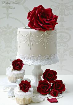 Sevdiğiniz birinin doğum gününde en güzel süprizlerden bir tanesi de pastaneden rastgele bir pasta almak değil de özel yapım butik bir pasta ile kutlama yapmaktır. Bu güzel, zarif ve şık görünümlü …