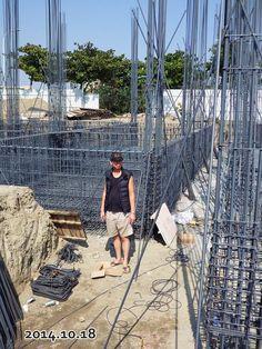 2014-10-18- 我家後面的幾戶  已經將地基四個邊圍起來了,我們家應該還要一兩天的進度才會圍到;..地基兩米,阿聰183公分, 還沒有蓋好地基 ,目前蓋到這邊 大約已經快1米7