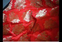 Ceci est une belle benarse pur brocart de soie tissu motif floral en rouge et or. Le tissu tissé illustrent petit bouquet de roses d'or sur fond rouge.  Vous pouvez utiliser ce tissu pour faire...