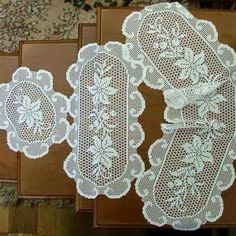 This Pin was discovered by HUZ Crochet Table Runner Pattern, Crochet Placemats, Crochet Doily Patterns, Baby Knitting Patterns, Crochet Designs, Crochet Doilies, Filet Crochet Charts, Crochet Cross, Thread Crochet