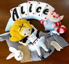 Guirlanda Alice no pais das maravilhas. Colocamos o nome do bebê.  Material: Feltro, tricoline, tulê, passamanaria.