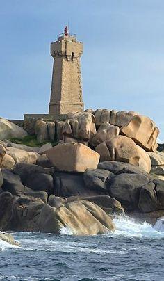 Le phare de Ploumanac'h a été construit en granit rose de manière à s'harmoniser avec l'écrin naturel classé dans lequel il se trouve. #phare #pharedebretagne #bretagne #igersbretagne #breton #bretonne #ouest #france #visitfrance #detoursenfrance #cielbleu #ploumanach #cotesdarmor #manche #channel #mer