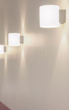 Oligo PROJECT: Schicke Optik und ein tolles Lichtbild zeichnen die moderne Wandleuchte aus. Der Schirm aus farbigem Glasrohr, das von innen satiniert ist, macht die Leuchte sehr hochwertig. Ob einzeln oder in Reihe geschaltet, macht sie eine sehr gute Figur. Sie gibt warmes Licht ab und schafft so eine gemütliche Stimmung bei guter Beleuchtung. #innenleuchte #wandleuchte #akzentesetzen #strahler #wohnzimmer #galerie #flur #schlafzimmer #oligo #project  #interior #home #deko #reuter #reuterde