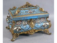 14 - TAHAN Paris : Coffret à doucine de forme galbée en bois ''laqué'' bleu et crème à incrustations de laiton