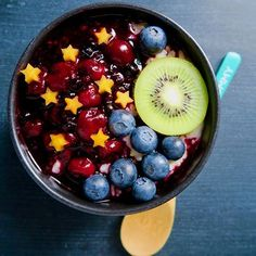 search amidstchaos for more pins like this Heathy Drinks, Healthy Smoothies, Smoothie Recipes, Healthy Nutrition, Healthy Food, Healthy Recipes, Berry Compote, Hogwarts Houses, Smoothie Bowl