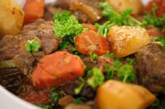 Irish stew is de Ierse versie van ons stoofvlees. Jeroen gebruikt rundvlees, maar je kunt ook variëren met schapenvlees of lamsvlees. Als bier gaat er natuurlijk Guinness bij. De aardappelen worden gegaard in de stoofpot en zorgen voor de binding.