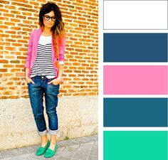 Темно-синие джинсы с близким по цветовому колесу бирюзовым и контрастным розовым. В целом, ансамбль достаточно прохладный по тону и не выглядит избыточно ярко.