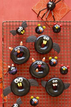 Try These Delicious Halloween Party Food Ideas For Your Next Big Bash Try These Delicious Halloween Party Food Ideas For Your Next Big Bash These Recipes Taste As Good As They Look Black Cat Bat Spider And Mice Doughnutswomansday Halloween Donuts, Halloween Desserts, Postres Halloween, Easy Halloween Snacks, Halloween Food For Party, Halloween Birthday, Holidays Halloween, Spooky Halloween, Halloween 2020