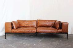 Grand canapé en cuir vintage marron. Il existe également en noir.   Une assise très confortable et profonde (90cm) d'une hauteur de 60cm.