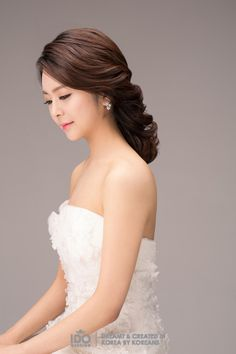 The right hair style and accessories can become a booster for the over all look on your wedding day. These two different hairstyle look more beautiful with the simple accessories on it. Korean Wedding Hair, Wedding Updo, Wedding Makeup, Hairstyle Look, Bride Hairstyles, Cool Haircuts For Girls, Mother Of The Bride Hair, Different Hairstyles, Makeup Style