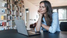 Rückenschmerzen vom Sitzen auf dem Küchenstuhl, schlechte Laune, weil zu wenig Licht durchs Fenster kommt - die meisten Wohnungen sind nicht als Büro gedacht. Mit diesen Expertentipps richten Sie sich zu Hause für produktives Arbeiten ein.