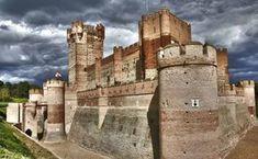 CASTILLO DE LA MOTA: ruta de castillos medievales Castle Ruins, Medieval Castle, Beautiful Castles, Beautiful Places, Spain Places To Visit, Monuments, Castle Pictures, Germany Castles, Spain And Portugal