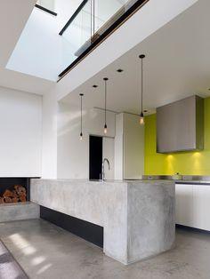 reforma cocina, muebles color blanco, suelo e isla de obra para fregadero con microcemento, campana extractora decorativa, frente color amarillo