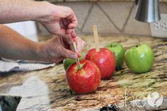 carmel apples white chocolate Best Caramel Apple Recipe, Apple Recipes, Caramel Dip, Caramel Apples, Apple Dip, Fall Treats, Cinnamon Apples, White Chocolate, Dips