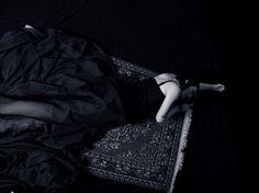 """Editorial conceitual inspirado no poema """"O Caso do Vestido"""" de Carlos Drummond de Andrade.  Intitulado como """"Ilegítima"""", retrata a amante e explora sua beleza e mistério. Equipe: Carolina Kohls e Joice C. Paraboni"""