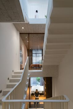 Connecting Spaces of this Tube House has Sky-Lights that Connects its People to the Nature | AD9 Architects - The Architects Diary Minimalist Interior, Minimalist Living, Model House Plan, House Plans, House Roof Design, Floating Staircase, Staircase Ideas, Narrow House, Level Homes
