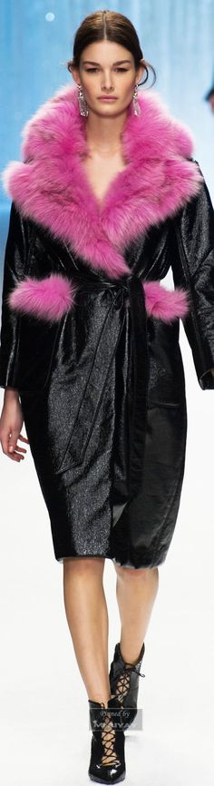 Black coat with pink fur collar by #ShiatzyChen. Fall 2015. #style #fashion