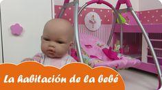 En Mundo Juguetes os vamos a enseñar la litera, la hamaca y el armario para bebés de juguete que tiene en su habitación la muñeca bebé Lucía. La hamaca balancín se convierte en trona o silla para comer. Estupendos juguetes para niñas a partir de tres años. Diviértete con este vídeo en Mundo Juguetes, tu canal de vídeos de juguetes en español.