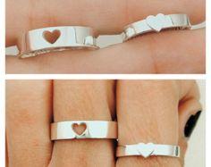 Este anillo de pareja que es que un regalo simple pero perfecta para pareja demuestra el entrelazamiento de sus dos corazones.  Ofrecemos estampado a mano libre escritura en el interior de los anillos con sus nombres o fechas.  • todos los caracteres serán estampados en mayúsculas • máximo es 12 caracteres incluyendo espacios • por defecto, si no dejas ninguna instrucción, nosotros se la estampilla Te amo  NOTA MUY IMPORTANTE --------------------------------- Para evitar cualquier confusión…