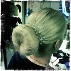 Hair bun is maybe the easiest hairdo to be decorated! Even the place of the bun makes it look like different but how about various decorations! #hair #hairdo #hairbun #bun #hairdecoration #diamonds #haircomb #flower #hairflower