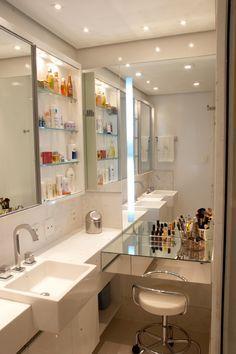 Para o banheiro da suite bancada de maquiagem, espelhos e nichos para guardar cremes e perfumes. Bancada de espelho dispensável.