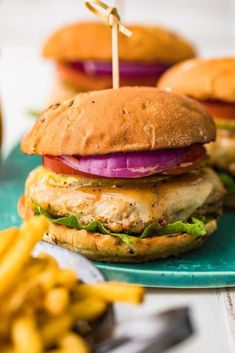 These delicious and juicy chicken burgers are packed full of flavor, are quick to make and will be a hit with the whole family! Cooked in a skillet, this recipe for chicken burgers is a great alternative to a beef burger. Easy Chicken Burger Recipe, Chicken Burgers Healthy, Ground Chicken Burgers, Chicken Skillet Recipes, Ground Chicken Recipes, Chicken Recipes Video, Easy Baked Chicken, Beef Burgers, Kid Friendly Chicken Recipes