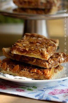 Zamiast mazurka: Maślane kwadraty z migdałami w karmelu.   White Plate