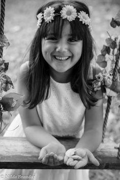 Menina com tiara de flores em preto e branco