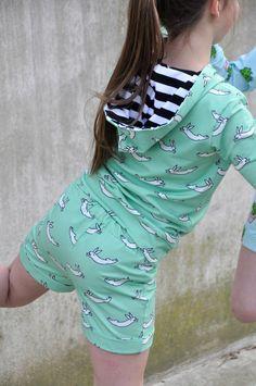 Pippa is een broekje.   Een zomers exemplaar dat niet veel werk vraagt om het te maken en daarom net zo leuk is.   Je kan het maken in all... Sewing Kids Clothes, Sewing For Kids, Diy Clothes, Baby Sewing, Childrens Sewing Patterns, Sewing Patterns Free, Clothing Patterns, Free Pattern, Little Girl Leggings