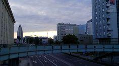 Okrągła kładka i widok na miasto