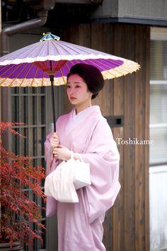 The Kimono Gallery — geimei: December Famous Geiko Toshimana. Japanese Geisha, Japanese Beauty, Japanese Kimono, Japanese Girl, Japanese Style, Japanese Outfits, Japanese Fashion, Yukata, Kyoto