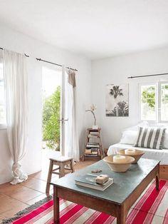 Dans le salon de cette maison de vacances à Ibiza, la déco se veut simple et naturelle.