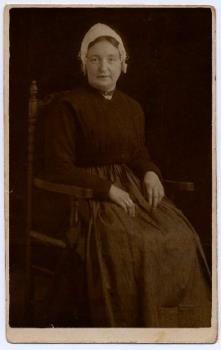 Portretfoto van Geertje Kwak in Vlaardingse dracht. 1880-1920. #ZuidHolland #Vlaardingen