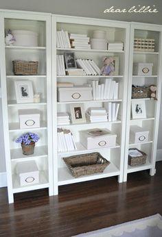 Witte boekenkast om decoratiestukken & dozen in te zetten (decoratie & organisatie) en boeken.. heerlijk voor in de leeshoek #myikeabedroom