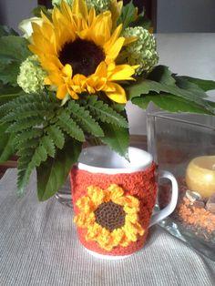 """Tasse mit Tassenwärmer """"Sonnenblume"""" von Schlaufen & Maschen auf DaWanda.com"""