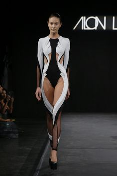 The futuristic summer 2015 collection of Alon Livné Haute Couture Style, Couture Mode, Runway Fashion, High Fashion, Fashion Show, Womens Fashion, Fashion Design, Avangard Fashion, Weird Fashion