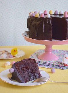 Mon cru pascal 2016: Un Mud Cake de Pâques. Un gâteau au chocolat très gourmand à la texture unique que l'on obtient grâce à une cuisson douce que l'on termine en étuvage. Chocolate Desserts, Chocolate Fondue, Raw Cake, Mud, Pudding, Cupcakes, Easter, Favorite Recipes, Sweets