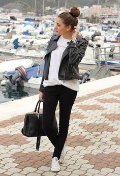 7. Chupin negro, remera blanca, la campera de cuero y zapatillas converse