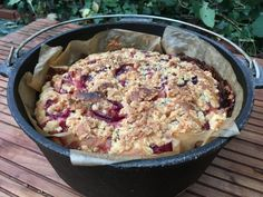 Plum cake from the Dutch oven: When men bake - Plum cake from the Dutch Oven - Dutch Oven Cooking, Dutch Oven Recipes, Cast Iron Cooking, Foil Pack Meals, Plum Cake, Cast Iron Cookware, Barbecue Recipes, Camping Meals, Camping Desserts