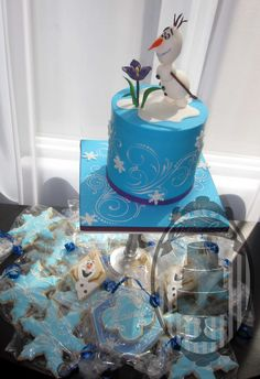 I love the design of this Frozen cake. Haven't seen one like it yet!