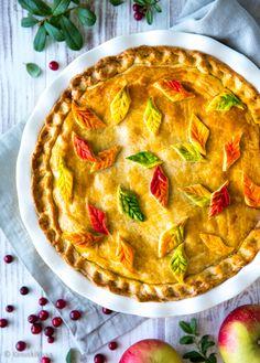 Puolukka-omenapiiras Puolukat ja omenat toimivat hyvin myös yhdessä. Tämä piirakka pohjautuu amerikkalaiseen omenapiirakkaan (apple pie), jossa yksinkertainen on kaunista ja maukasta. Taikinakuoren alle piiloutuu runsas täyte, eikä lisukkeitakaan jää kaipaamaan.