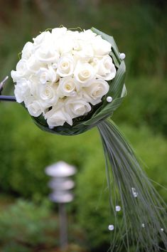 Sober trouwboeket met witte roosjes