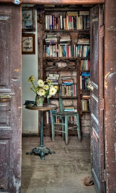Love this photo. I wonder what books are on those shelves? apollo-cabin: Bookstore in Antalya, Turkey. Home Libraries, Old Books, Vintage Books, Vintage Decor, Vintage Style, Book Nooks, Reading Nooks, Reading Time, Library Books