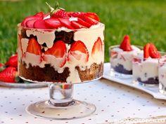 Un trifle es un postre inglés hecho por capas de bizcocho, natillas (custard), frutas variadas y nata. Se sirve en grandes copas, d...