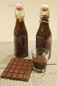 chocolate liqueur - Jacre& recipes / In all simplicity - - Diy Food Gifts, Gourmet Gifts, Edible Gifts, Wine Drinks, Cocktail Drinks, Cocktail Recipes, Cocktails, Homemade Liquor, Chocolate Liqueur